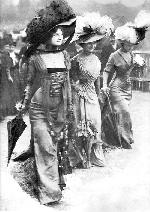 Ladies_at_Longchamp_1908
