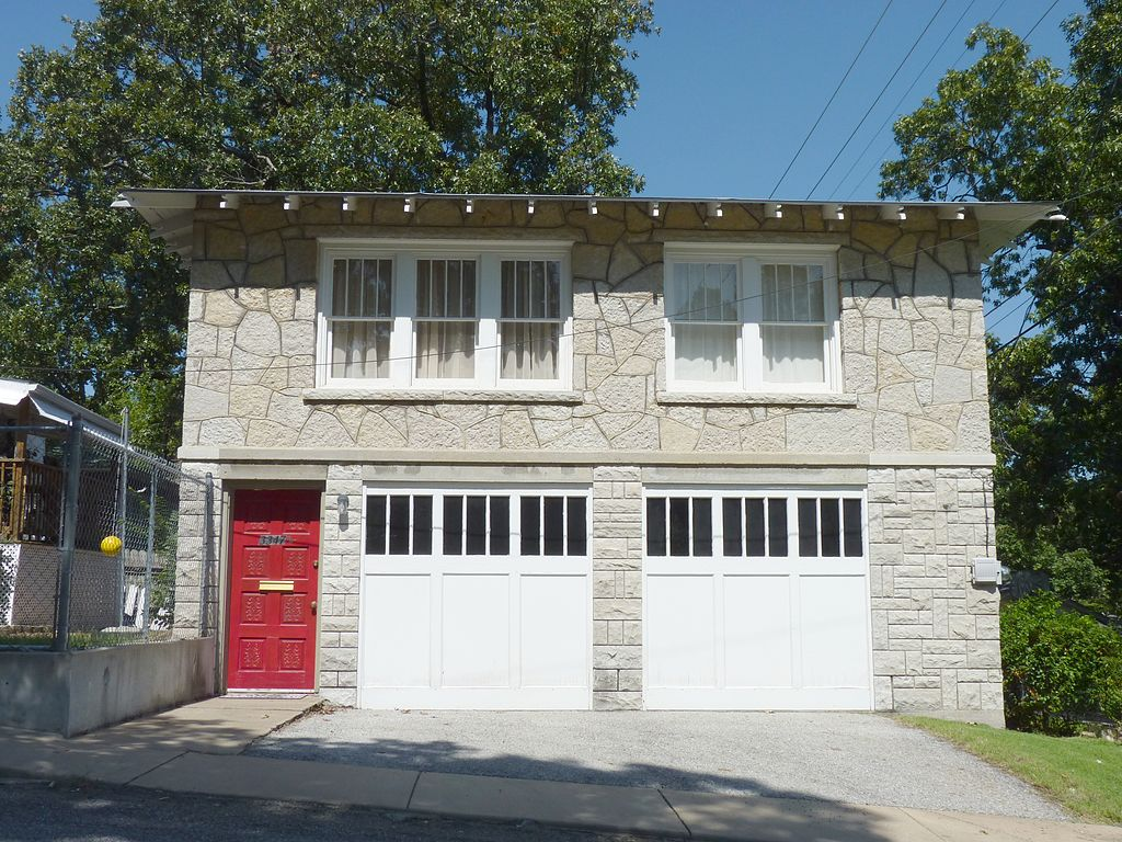 1024px-bonnie_and_clyde_garage_apartment