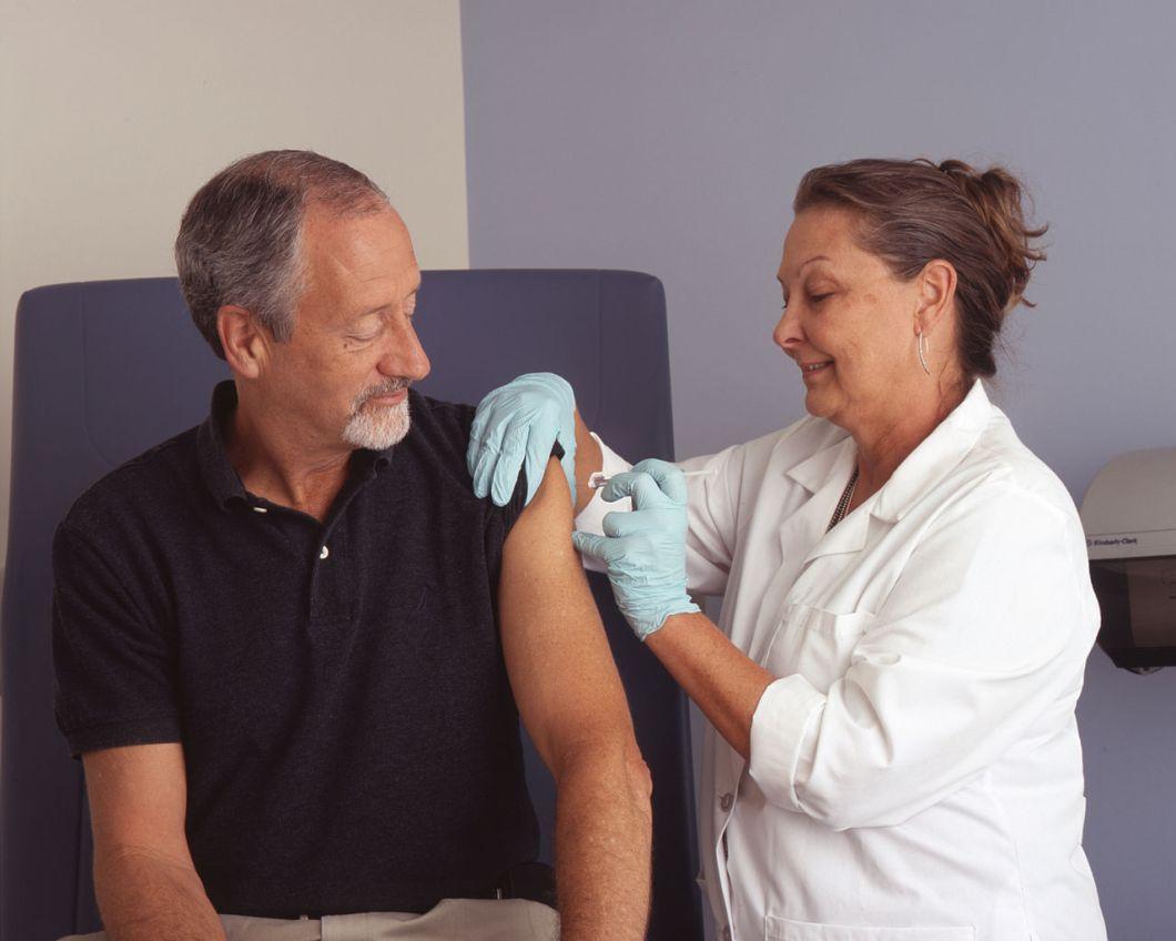 1280px-nurse_administers_a_vaccine_28129