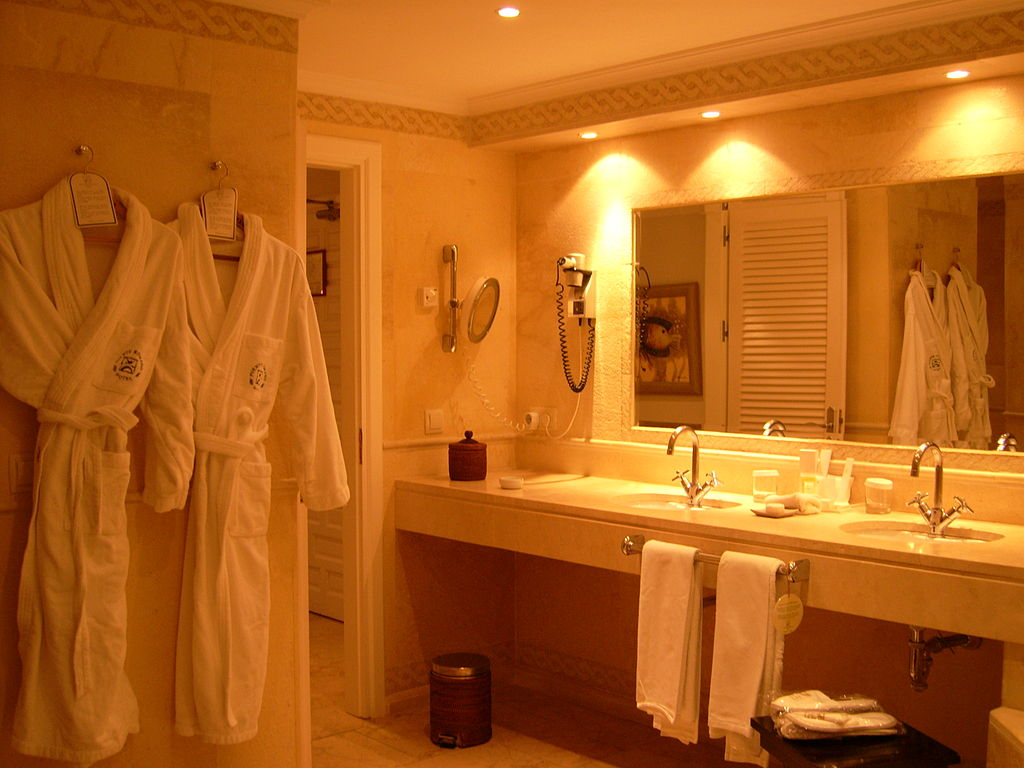 1024px-hotel_suite_-_bathroom