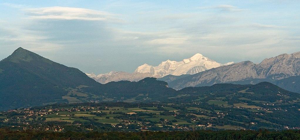 1024px-massif_du_mont-blanc_depuis_vc3a9traz