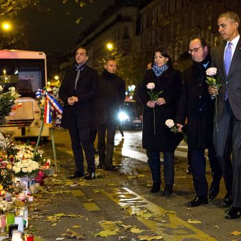 Anne_Hidalgo,_François_Hollande_and_Barack_Obama_in_front_of_le_Bataclan,_Paris_29_November_2015